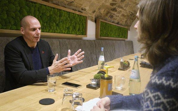 Varoufakis im Gespräch mit Kontext-Redakteur Minh Schredle.