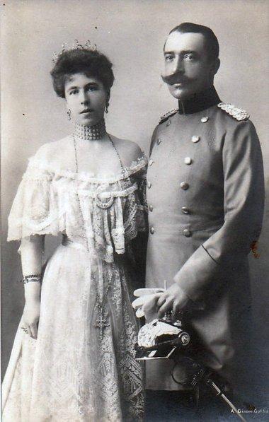 Den Nazis nahe: Fürst Ernst II. von Hohenlohe-Langenburg mit Alexandra Louise Olga Victoria (1878 – 1942). Foto: Eduard Uhlenhuth, Flickr, Gemeinfrei, <a rel=