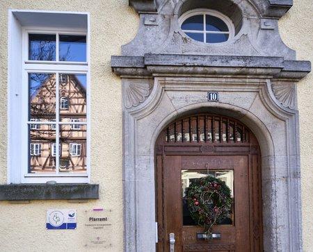 Das evangelische Pfarramt von Langenburg – das Rathaus spiegelt sich im Fenster. Foto: Joachim E. Röttgers