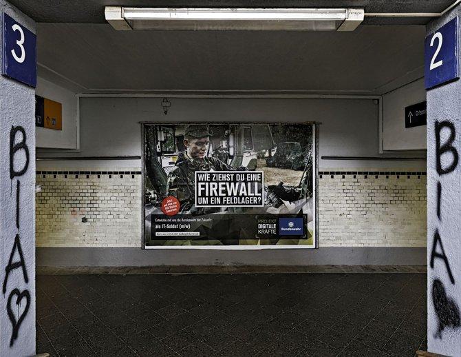 Neutral genug für die Bahn: Bundeswehr-Werbung am Bahnhof in Stuttgart-Untertürkheim.
