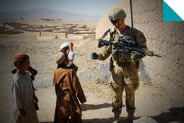 Soldat in Afghanistan mit Kindern